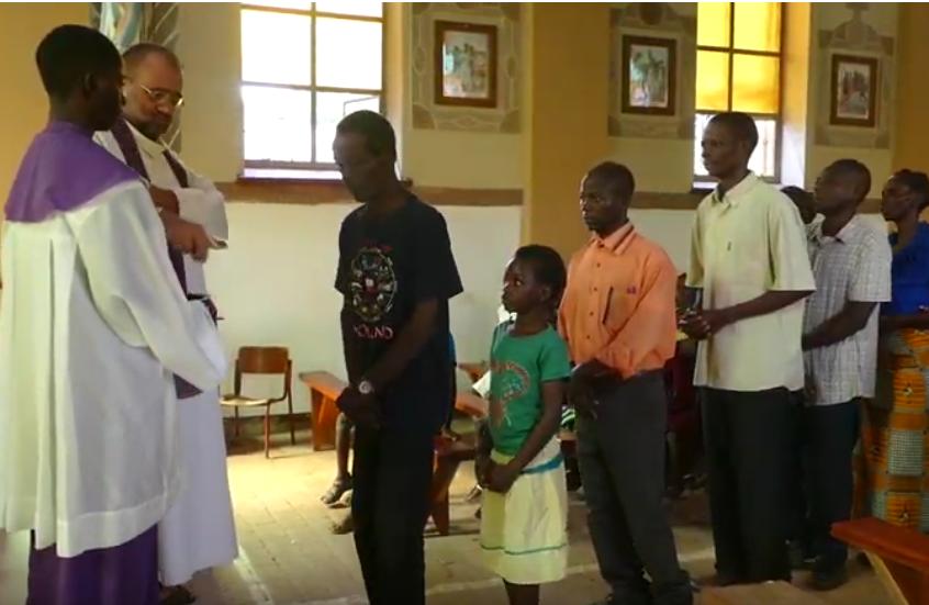 Komunia Święta w zambijskim kościele.