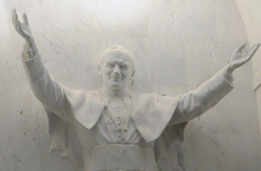 Marmurowy pomnik papieża Jana Pawła II